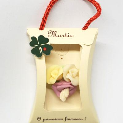 martisor brosa buchetel din clopotei si flori impachetat in ambalj in forma de cadou